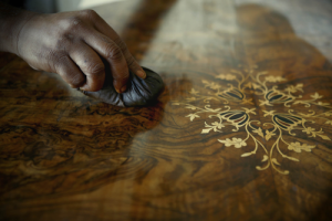Los anticuarios y los amantes de la restauración rara vez barnizan los muebles de interior, sobre todo cuando están fabricados con maderas nobles.