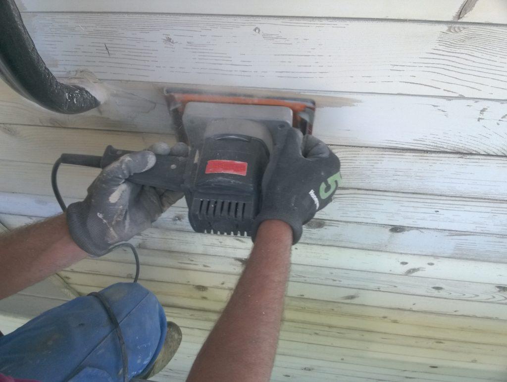 Rehabilitación en casa de madera lijando